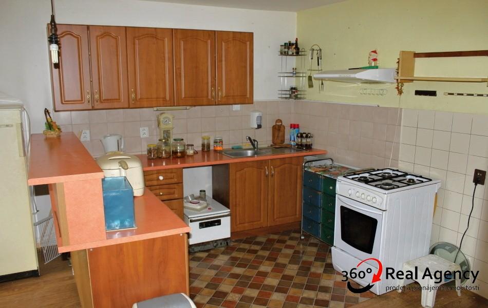 RD tichá zástavba v Říčanech, prodej 1/2 domu a pozemku.