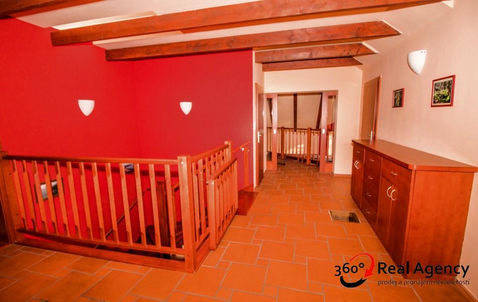 Krásný cihlový RD – 341 m2, 6+1, atrium, terasa, balkon na pozemku 1220 m2.