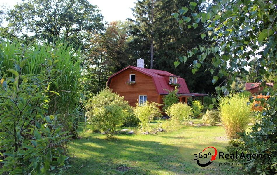 Chata 70m2, na velmi pěkném pozemku 1324m2, se vzrostlou zahradou. Doporučuji!
