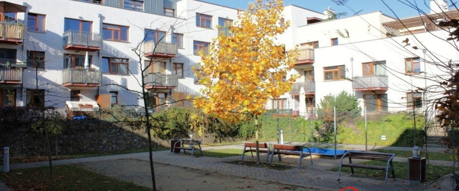 Prodej bytu 2+kk/předzahrádka, sklep, 99m2, garážové místo, Praha Zbraslav.