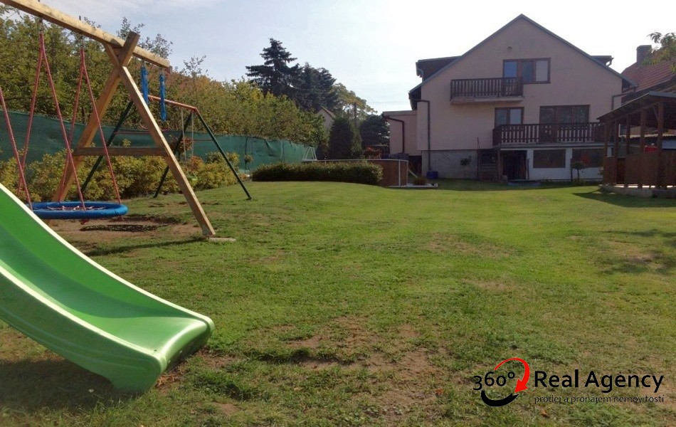 Rodinný dům 5+1/terasa/2xbalkon, obklopený přírodou, obec Brocno u Štětí.